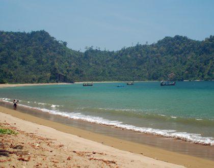 Menelusuri Indahnya Pantai Sipelot di Malang