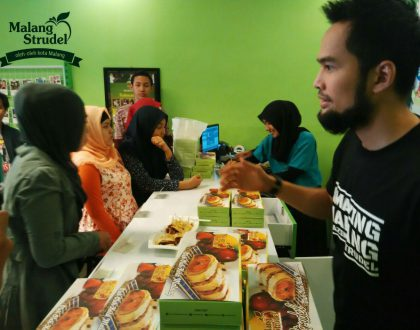 Meet and Greet with Teuku Wisnu di Outlet Malang Strudel Cabang Lavalete