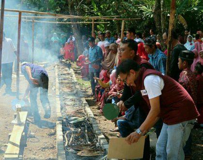 Bakar Ikan Sepanjang 25 Meter, Malang Strudel Ramaikan Baksos di Desa Sitiarjo